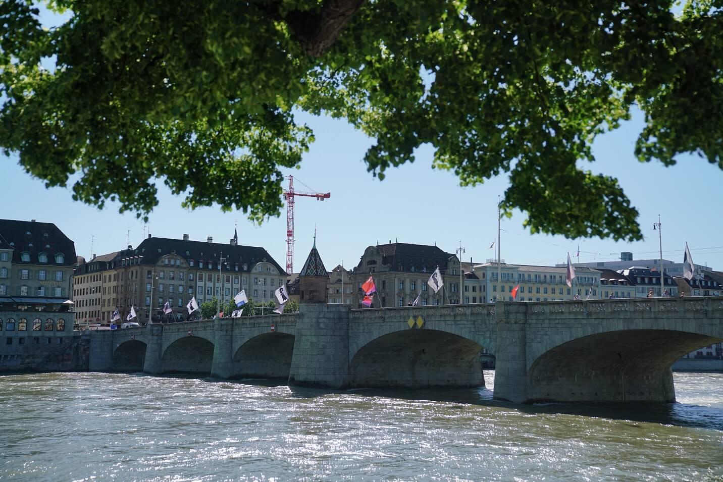 萊茵河上連接兩岸的橋,讓Angelika聯想起曾打趣說維港再填海的話,香港島與九龍靠一條橋就能相連。
