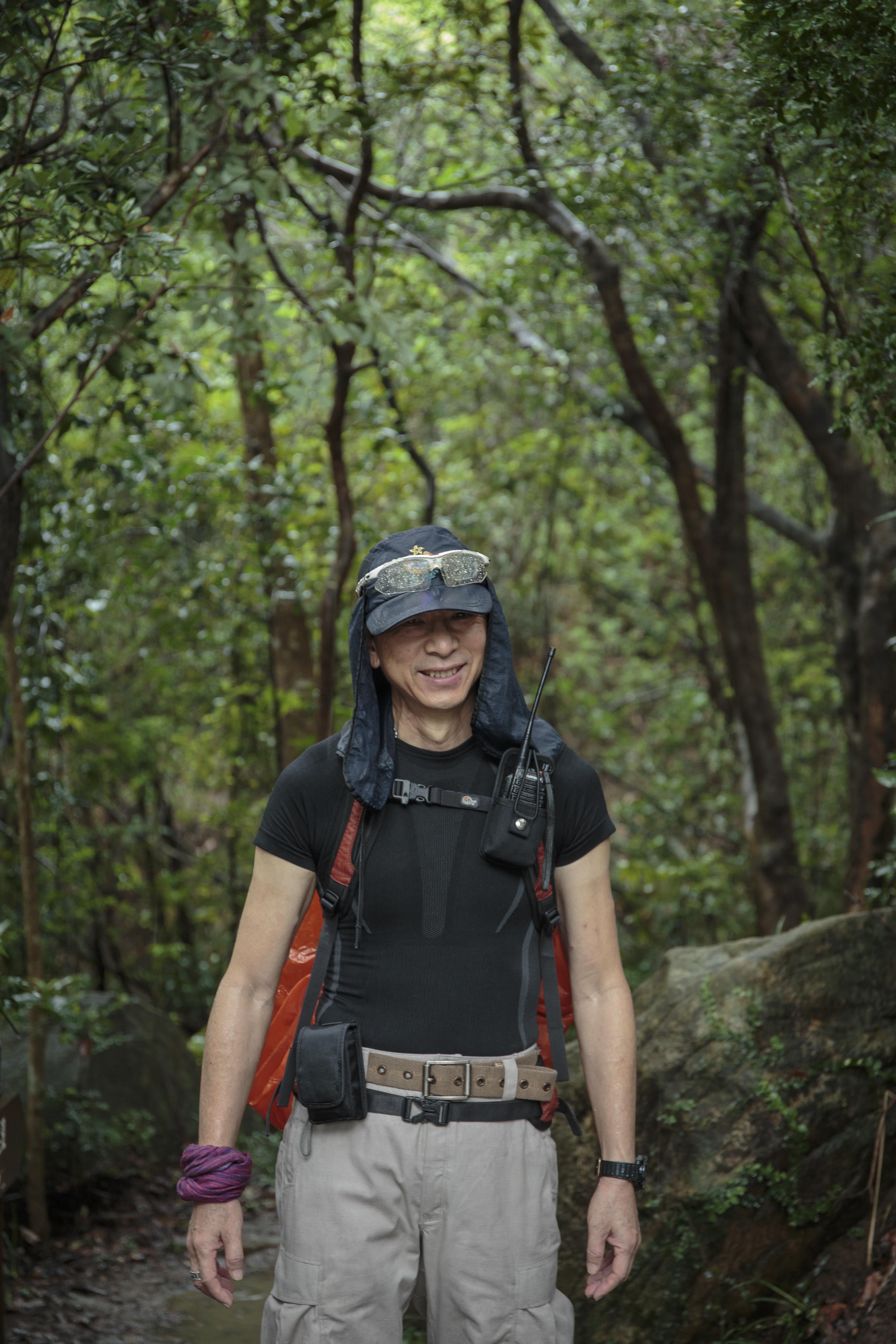 郊野義務搜索隊的凌劍剛,退休前擔任警察鄉村巡邏隊多年,具有豐富山野搜索經驗。