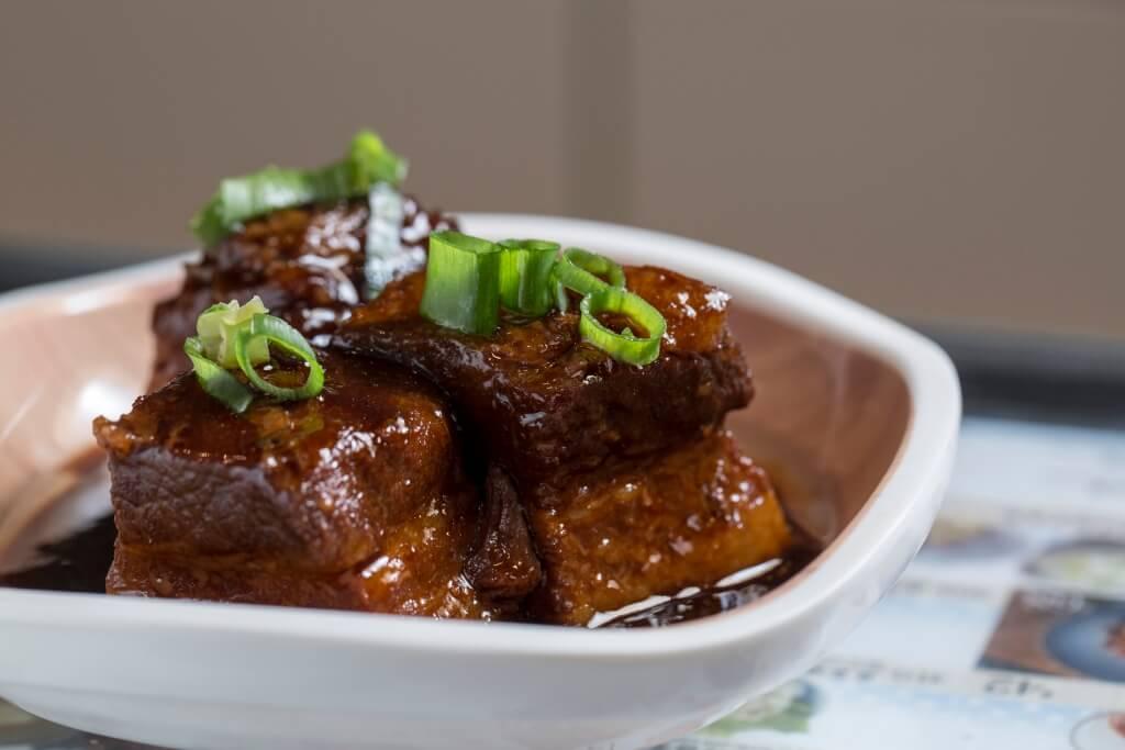 外婆紅燒肉(配菜飯)// 經爸爸反復改良而成,其醬汁濃稠甜香,肉塊脂肪入口即化,油和肉香濃郁,送飯最佳。($55)