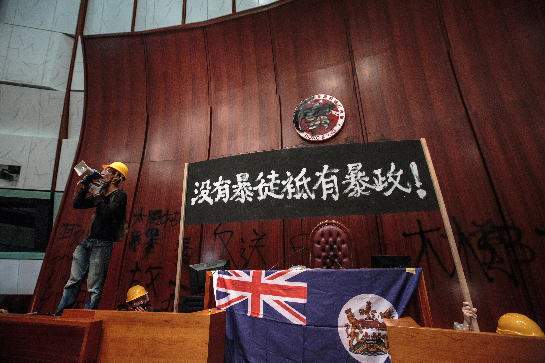 七月一日,有示威者衝進立法會會議室。(梁俊棋 攝﹚