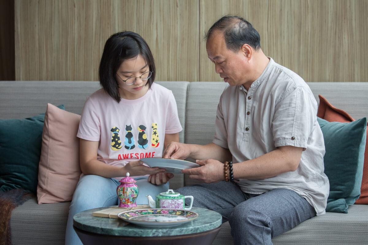 為了傳承廣彩,趙藝明廣收學生,包括十三歲的香港學生傅文萱。