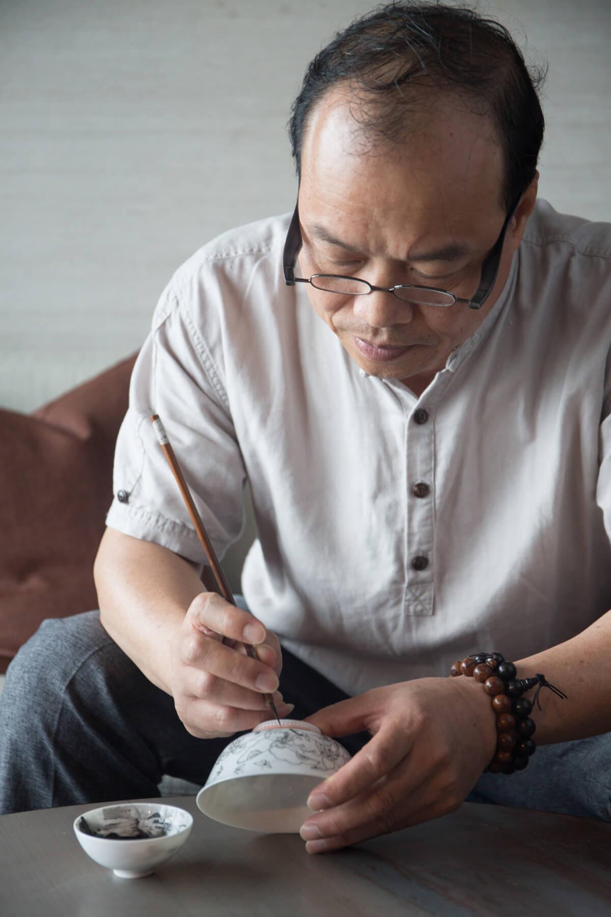 趙藝明是廣州廣彩世家「趙蘭桂堂」第四代傳人,70年代起隨父親學藝。
