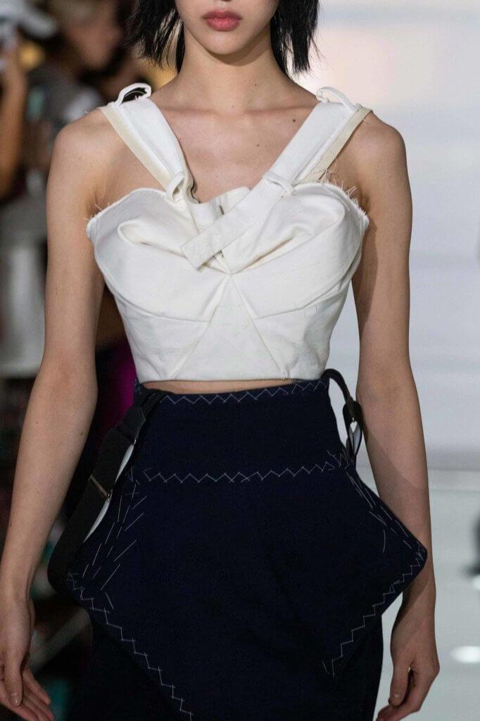 將白色褲子做成胸衣,拆開的褲頭變成兩條肩帶。