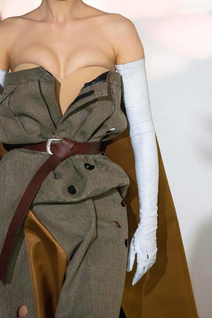 將褲子拆剪,穿至胸前,並用腰帶束緊。