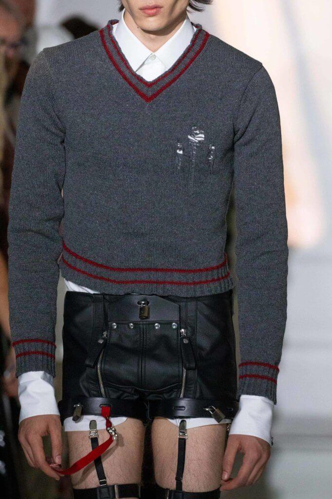 男模身上的迷你皮革短褲,上面附有拉鍊和鎖頭,感覺像是某些性暗示?