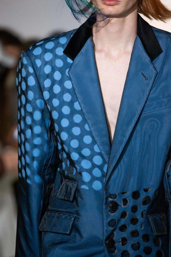 西裝上的圓形破洞,John Galliano解釋那是代表記憶。