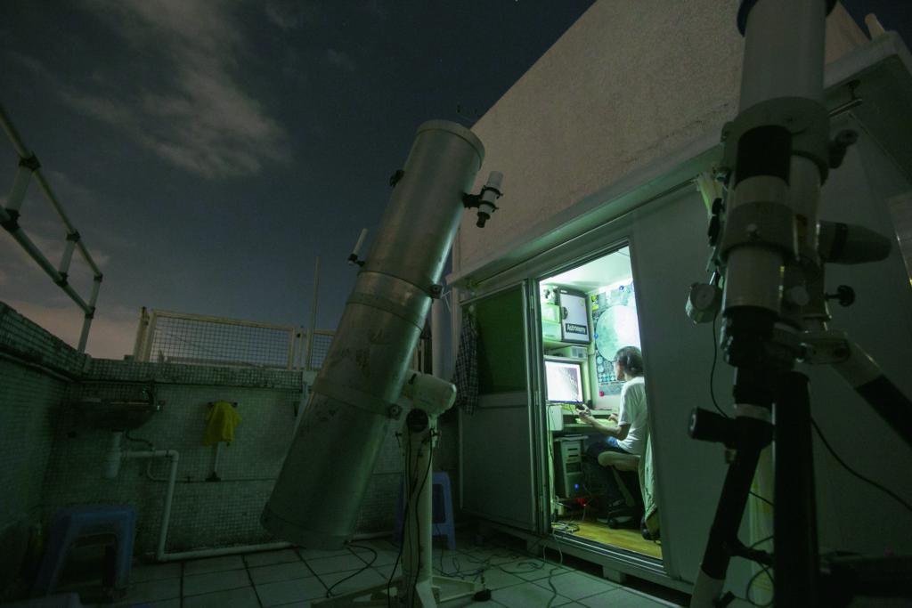 朱永鴻在天台搭建了一間屋仔, 放一台電腦 及大量天文攝影器材, 十多年前差不多晚晚 也在這裏觀星, 累了就直接在天台睡覺。