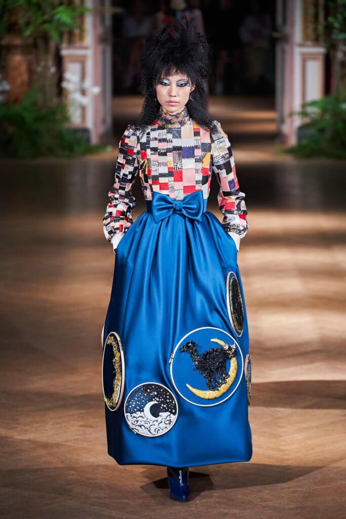 有些裙子刻意留下刺繡箍,像是表達手工的過程。