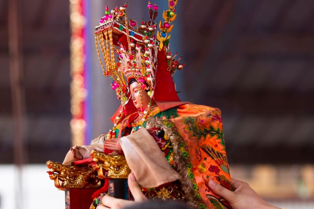 吳聖天妃,姓吳名媛。唐貞觀二十三年(公元649年)生於蘇州一中醫世家。傳說吳媛是瑤池的蝴蝶,自出生起,生懷異香,靈光照面。
