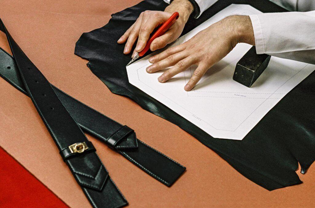 Givenchy的工匠團隊對於皮革工藝特別講究,Eden手袋於意大利人手製造,並採用以方形袋身及斜袋邊的時尚結構,從Eden手袋的布料剪裁到縫合,都花費大量心血,盡顯品牌對於精湛工藝的追求。