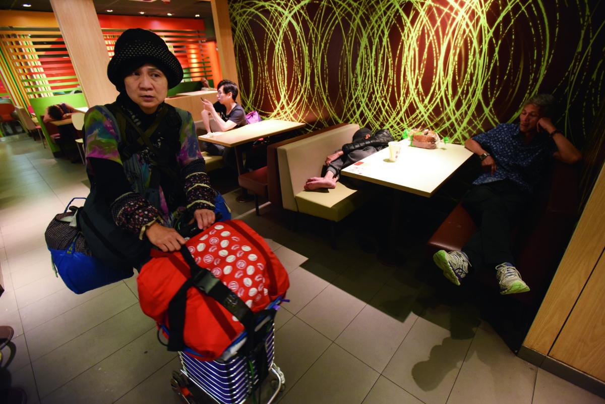 Maymay是少數的女性露宿者,在連鎖快餐店過夜。