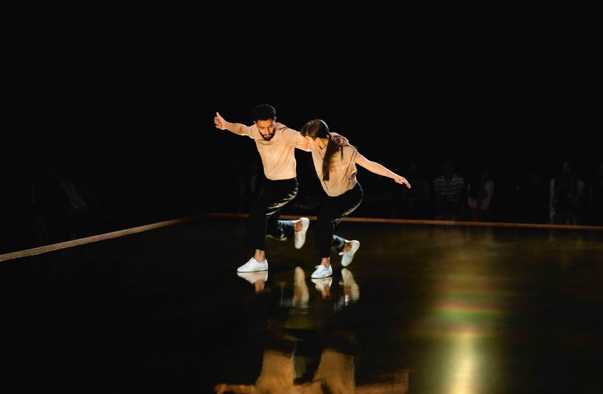 """愛馬仕以舞蹈表演作為""""Enchaînements Libres""""系列發布開場白,讓大家感受新作所帶出的自由氛圍和新系列講求的活動性。"""