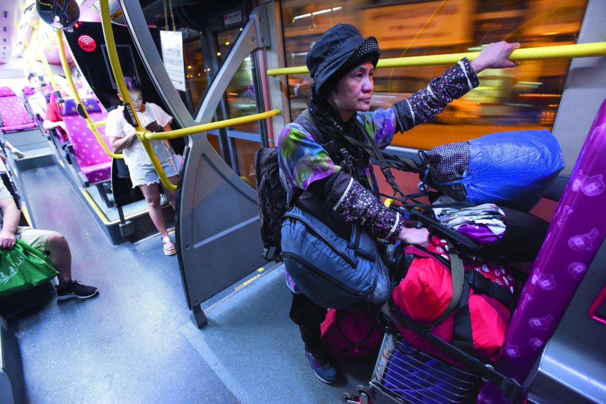 就算搭巴士,Maymay也會背着所有行李,有時只為給電話充電,不得不特意搭一程巴士。