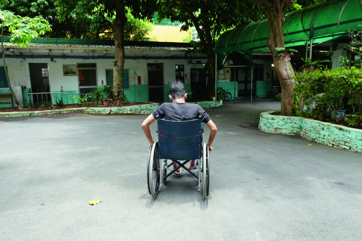 露宿者居住在台北市政府資助的遊民收容中心,其中不乏行動不便者。
