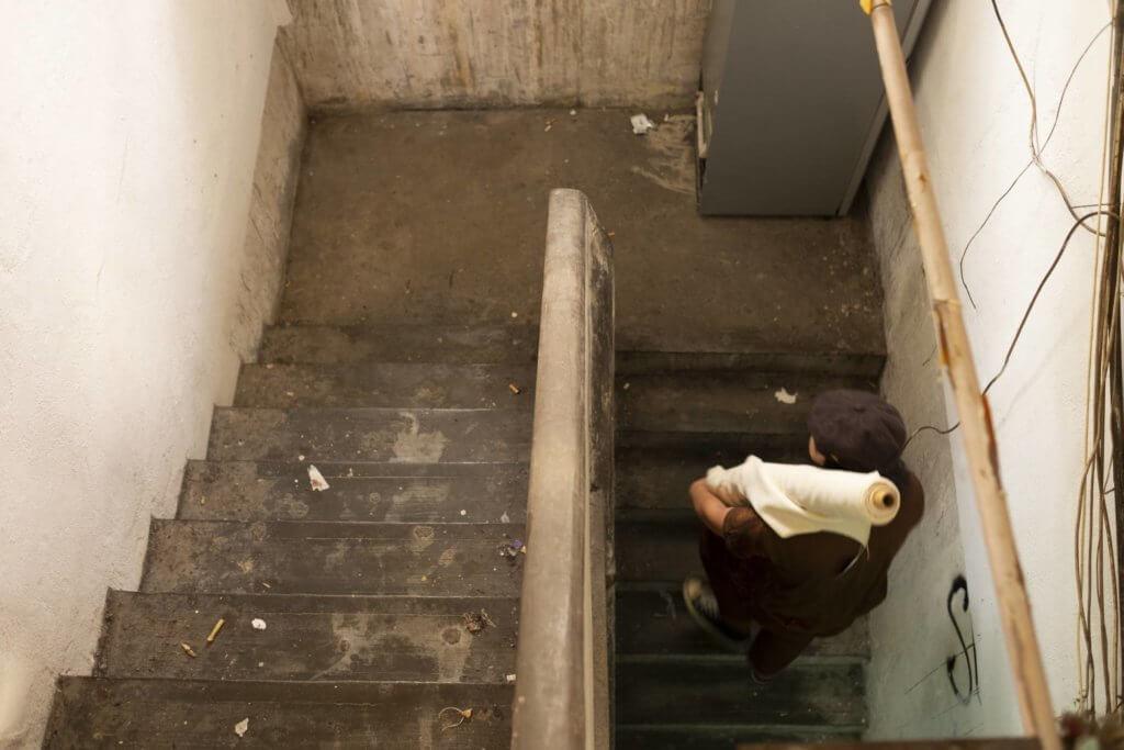安加俊笑言已習慣走九層樓梯才到達工作室,不過有需要自己搬運十多匹的布,和40公斤的薯莨,坦言十分辛苦。
