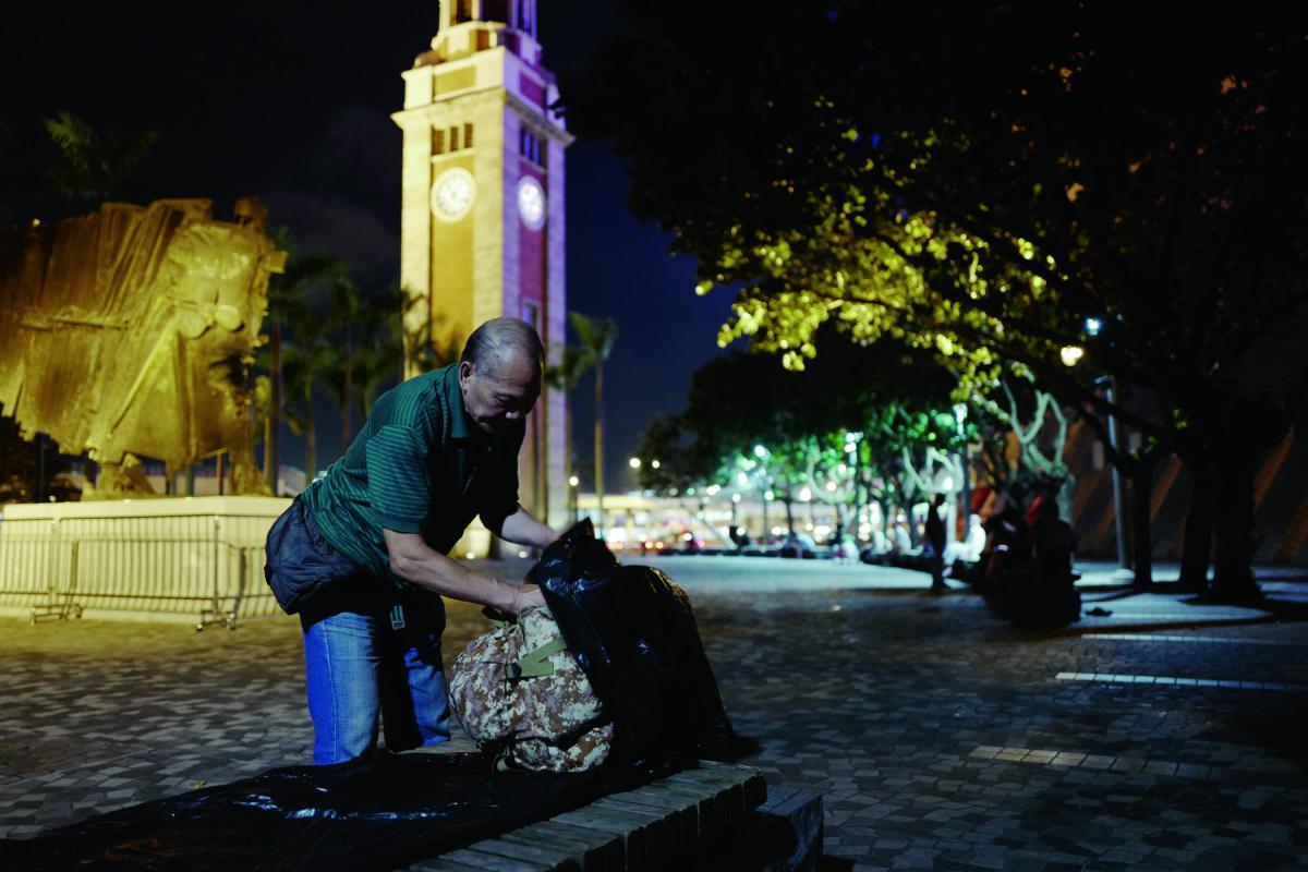 尖沙咀文化中心外聚集了許多露宿者,每晚保安下 班後,穩叔就會睡在文化中心外。