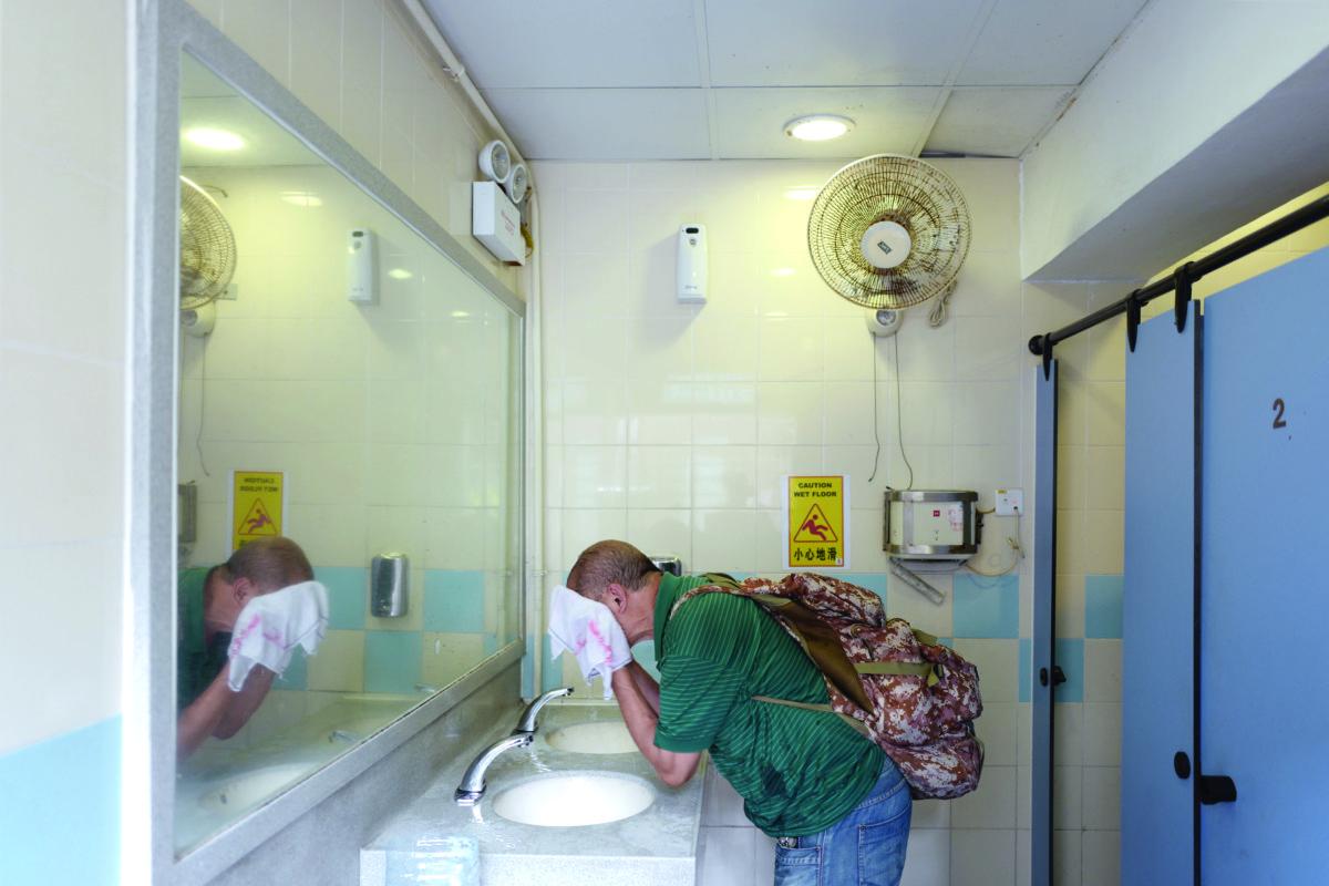 露宿者很難找到舒適的浴室去梳洗,有時只能在公廁用毛巾抹臉抹身。