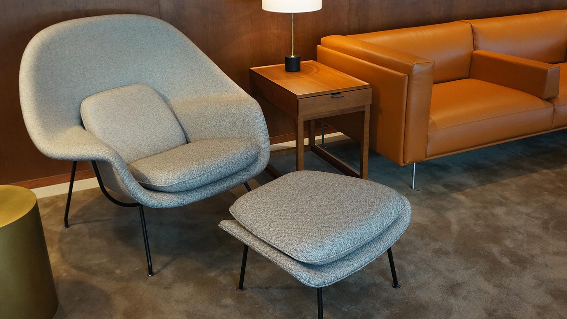 坐在芬蘭設計師Eero Saarinen設計的子宮椅,感覺好似整個人都被包覆。