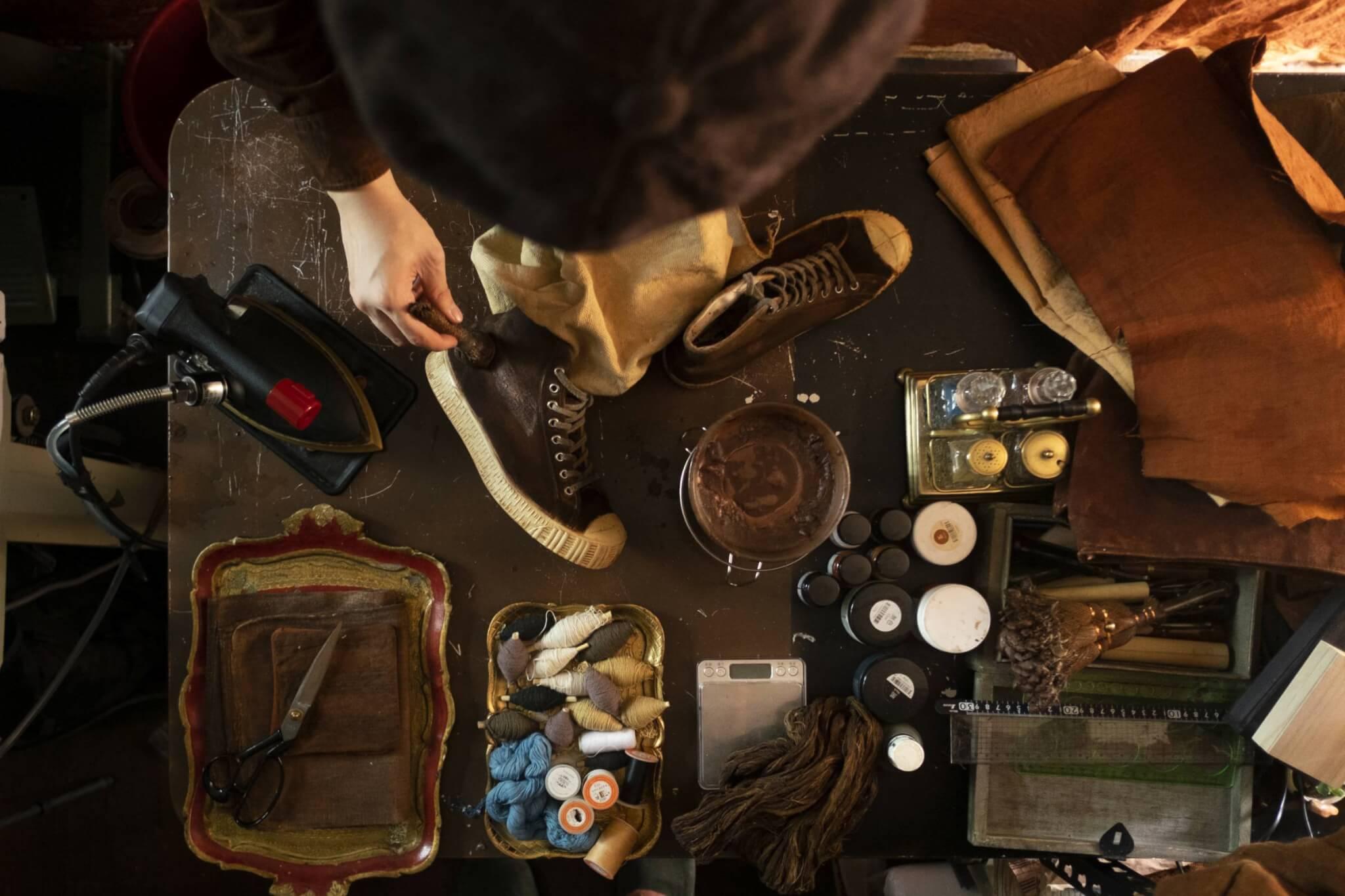 安加俊的工作室很小,由切薯莨、設計、衣後期加工都在這張工作 枱上完成。