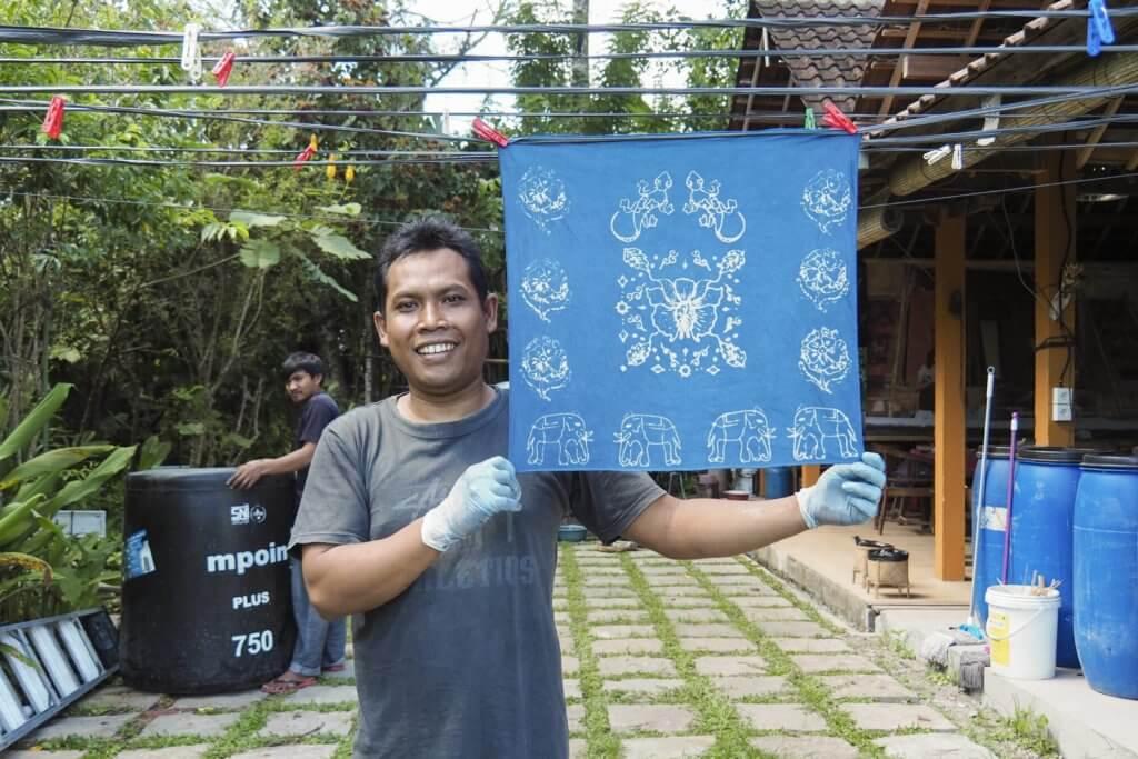 工作室負責人Komang示範植物藍染
