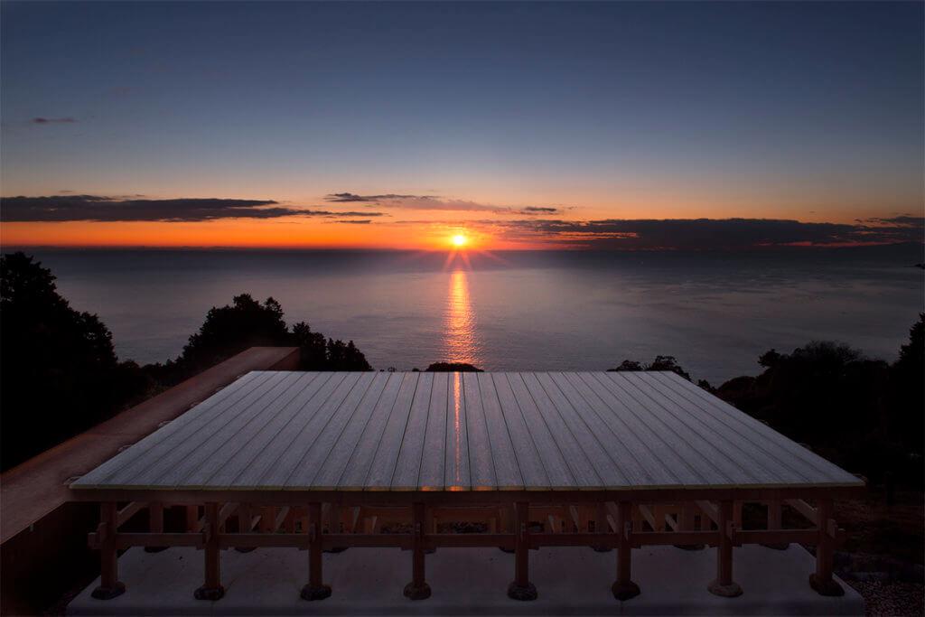 建築師根據節氣與日照方位興建江之浦測候所,在此透明玻璃舞台,能觀賞如夢似幻的日落。(攝影:Odawara Art Foundation / Courtesy of N.M.R.L.)