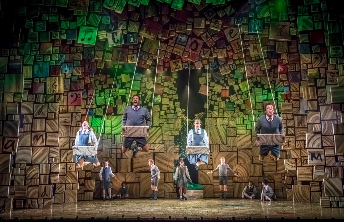 《Matilda》佈景甚有心思,舞台上鑲滿了無數字母木盒。