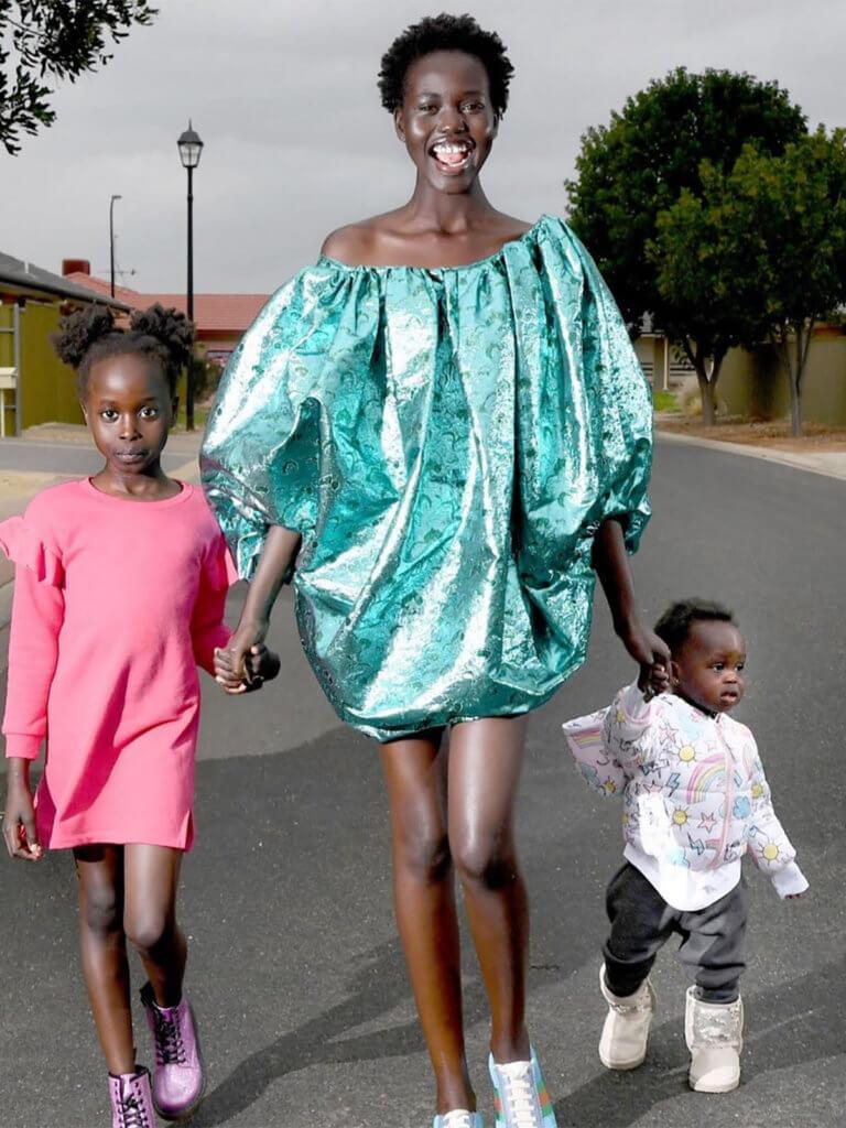 作為移居澳洲的蘇丹難民,Adut Akech終能找回她原本無處安放的身份認同,以澳洲模特兒的身份,與妹妹和弟弟登上國際雜誌。