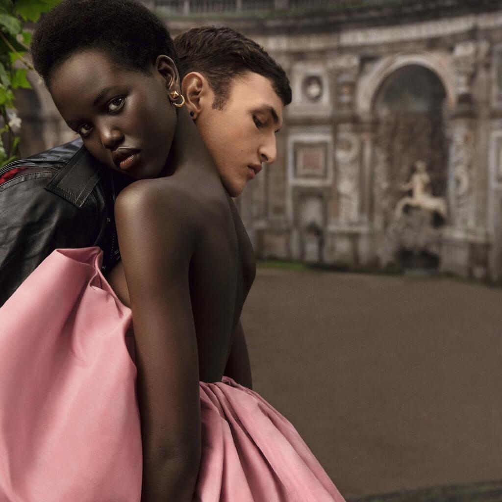 來自蘇丹的Adut Akech Bior讓人一見難忘。沒有時尚界一貫傲慢的姿態,而是一副自然淡定且充滿故事感的表情。