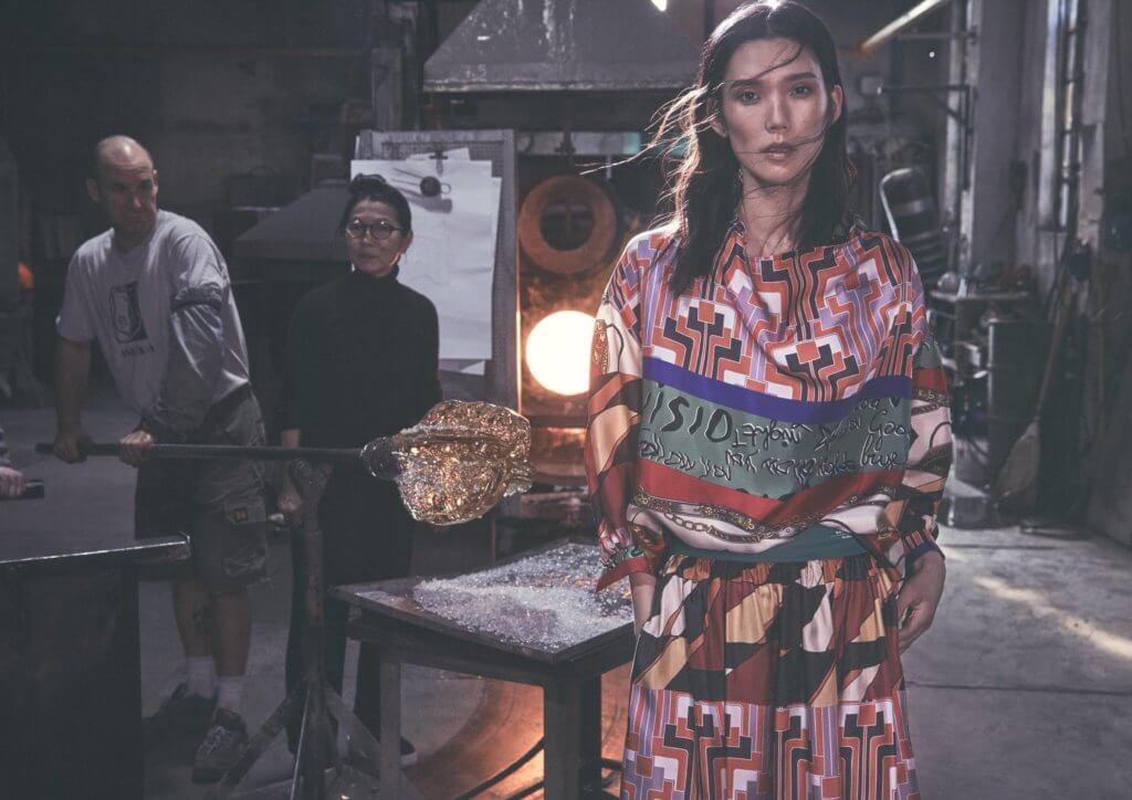 久休復出的岡本多緒今次擔當品牌模特兒,一身不規則鮮豔圖案的長裙,站在玻璃工房中,與三島律惠一同拍照,形成一個強烈的「衝突」。