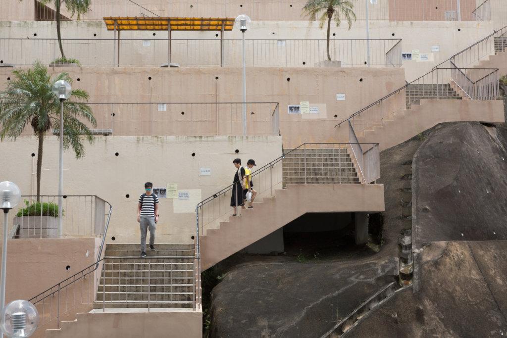 悅麗苑居民每日都要上落長樓梯才到達港鐵站,行動不便者相當辛苦,多年來區議員卻沒爭取加設扶手電梯。