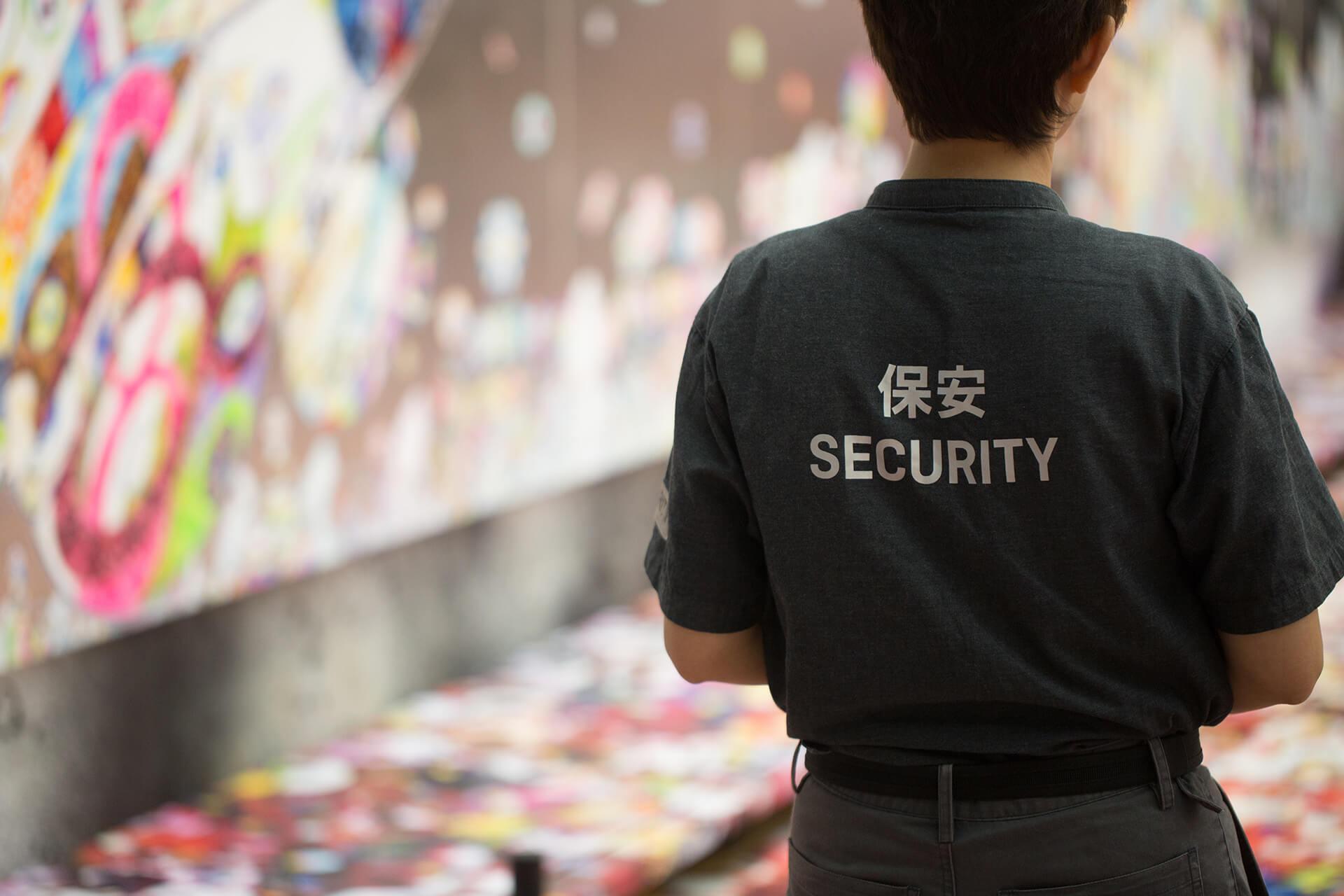 相比導賞員的灰色制服,大館內的保安有明顯標記,但過多穿制服的保安在場巡邏,難免為觀賞者帶來壓力。