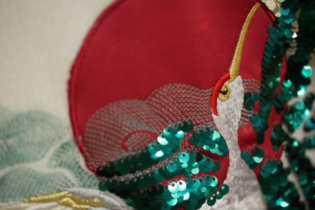 龍騰刺繡與佈滿珠片的仙鶴圖繪,將東方文化的特色展現得活靈活現。