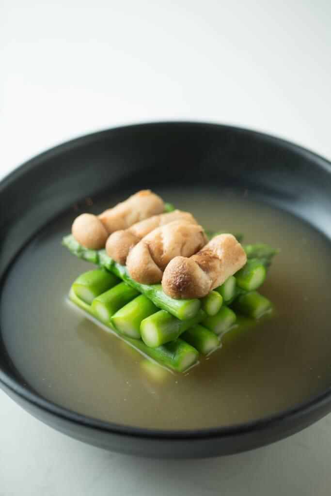 松茸上湯泡露筍 // 很清淡的一道菜,翠嫩露筍配香氣秀雅的松茸,盛夏宜清。($148)
