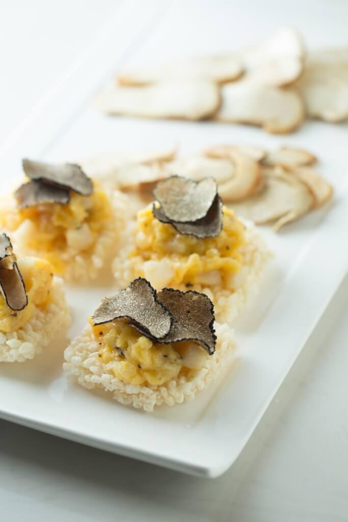 雲南野生菌拼盤 // 焦點在那鮮香的黑松露滑蛋日本帶子鍋巴上,另配有鹽燒松茸與鹽燒雞樅菌。($728)