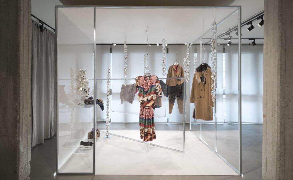 一串又一串像凝結成冰的水點玻璃裝置,由日本玻璃工藝師三島律惠設計,並展示於米蘭總部。