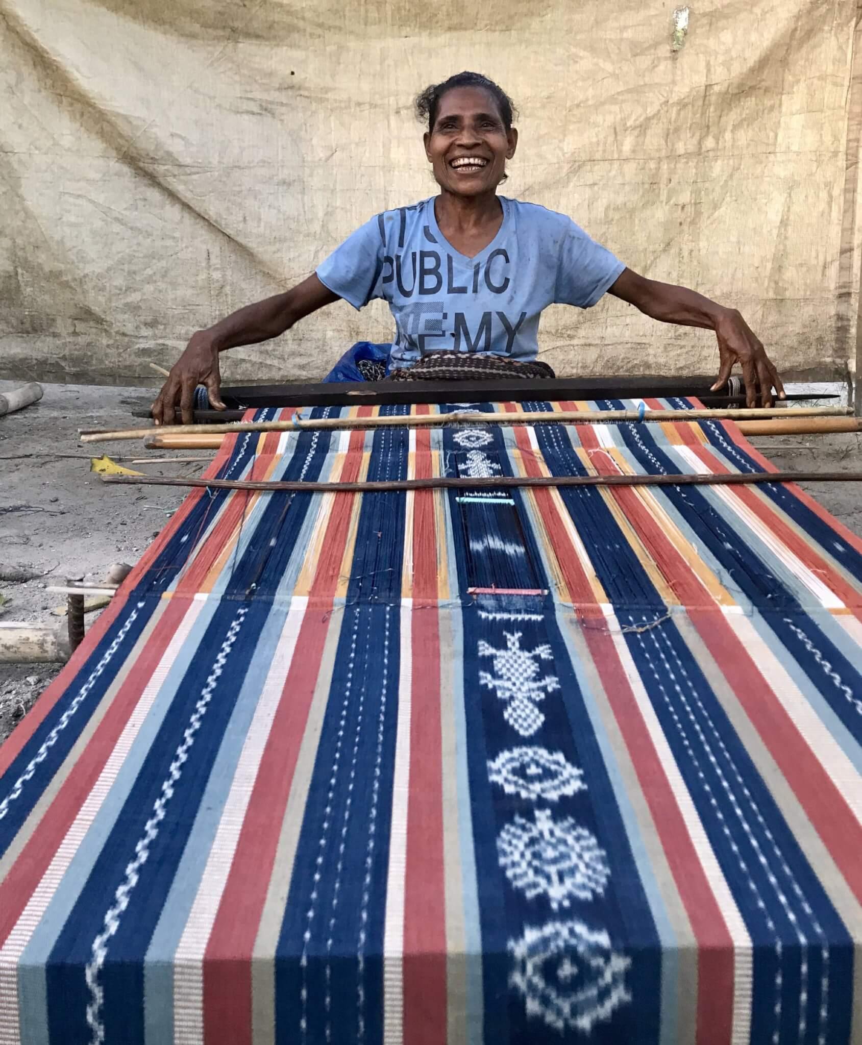 Threads of Life所有布料都是由織布女工在家完成,這樣能夠賺錢之餘,亦能照顧家裏的小孩。