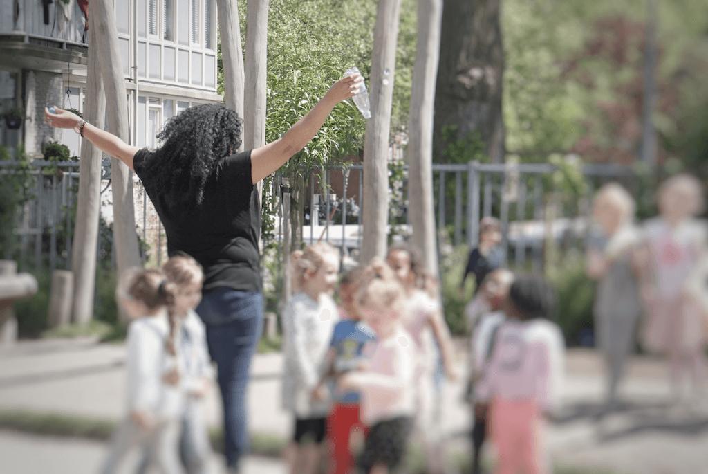大熱天時,助理教師Sabrina將水樽當花灑,同學們在水花之中玩得多高興。