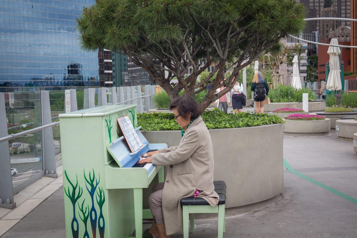 首爾路7017上放置了鋼琴,供遊人自由上前彈奏。