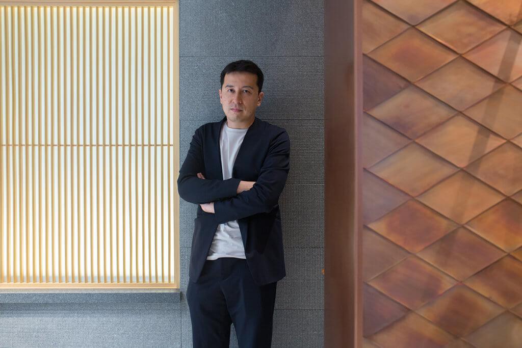 榊田倫之,日本一級建築士,2008年與著名攝影藝術家杉本博司共同成立建築公司「新素材研究所」,利用大自然素材作為建築材料,主要從事美術館建築設計,其中建於2017年的東京「江之浦測候所」是代表作。