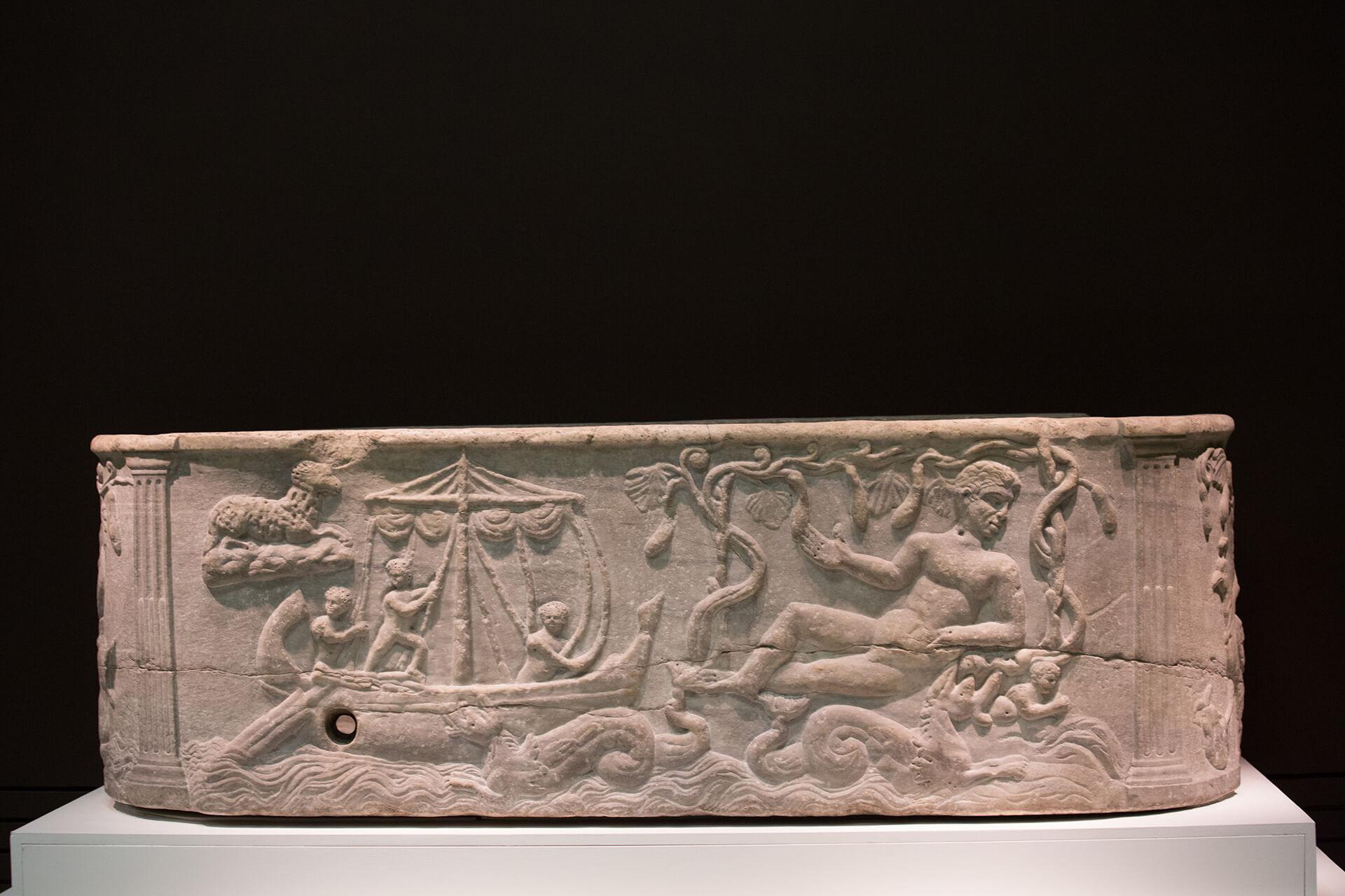 譚社儉打趣說這是古代浴缸,但其實是刻有聖經故事的羅馬石棺。