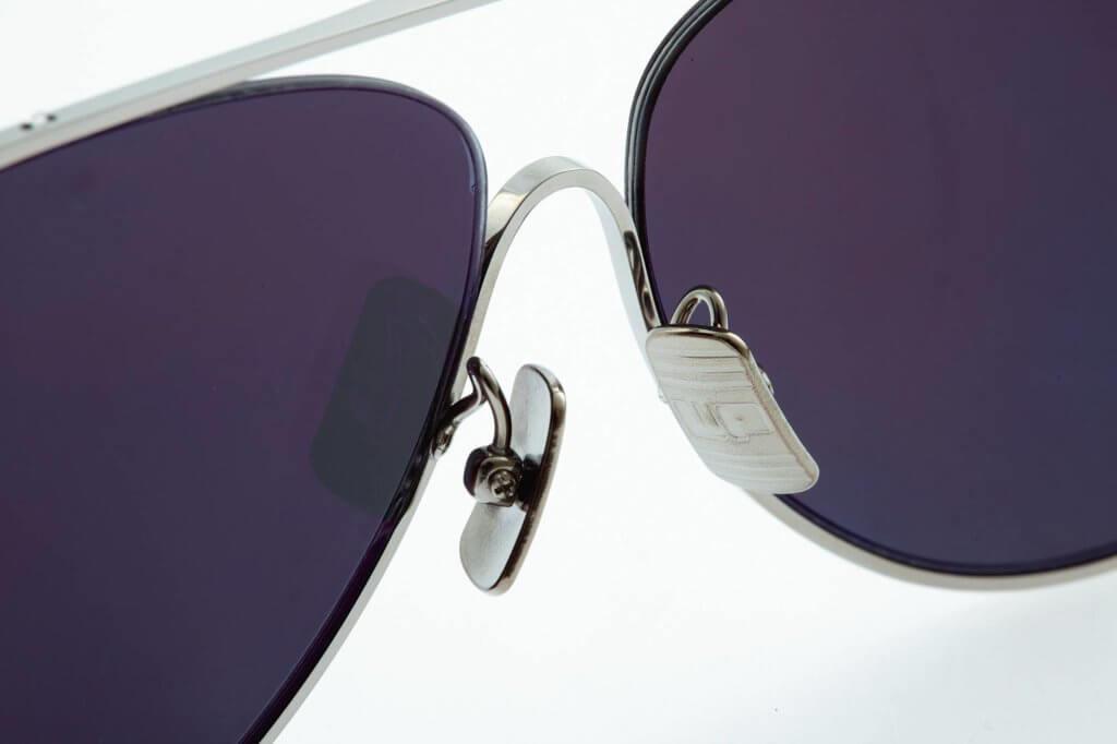 """鼻墊和鼻橋以低致敏性的鈦金屬製造,並綴以細緻的條紋,鼻墊上更刻有品牌縮寫""""WP""""。"""