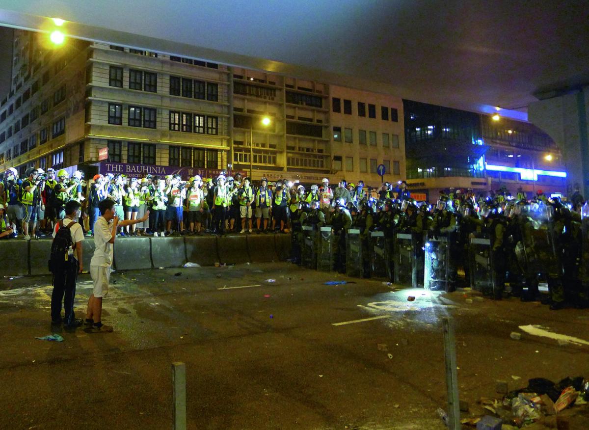 立法會議員許志峯擔任中間人,意圖緩衝警方向示威者推進,攝於2019年7月21日,上環信德中心外。