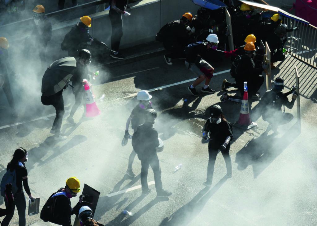 2019年8月5日,示威者在金鐘逃避催淚彈