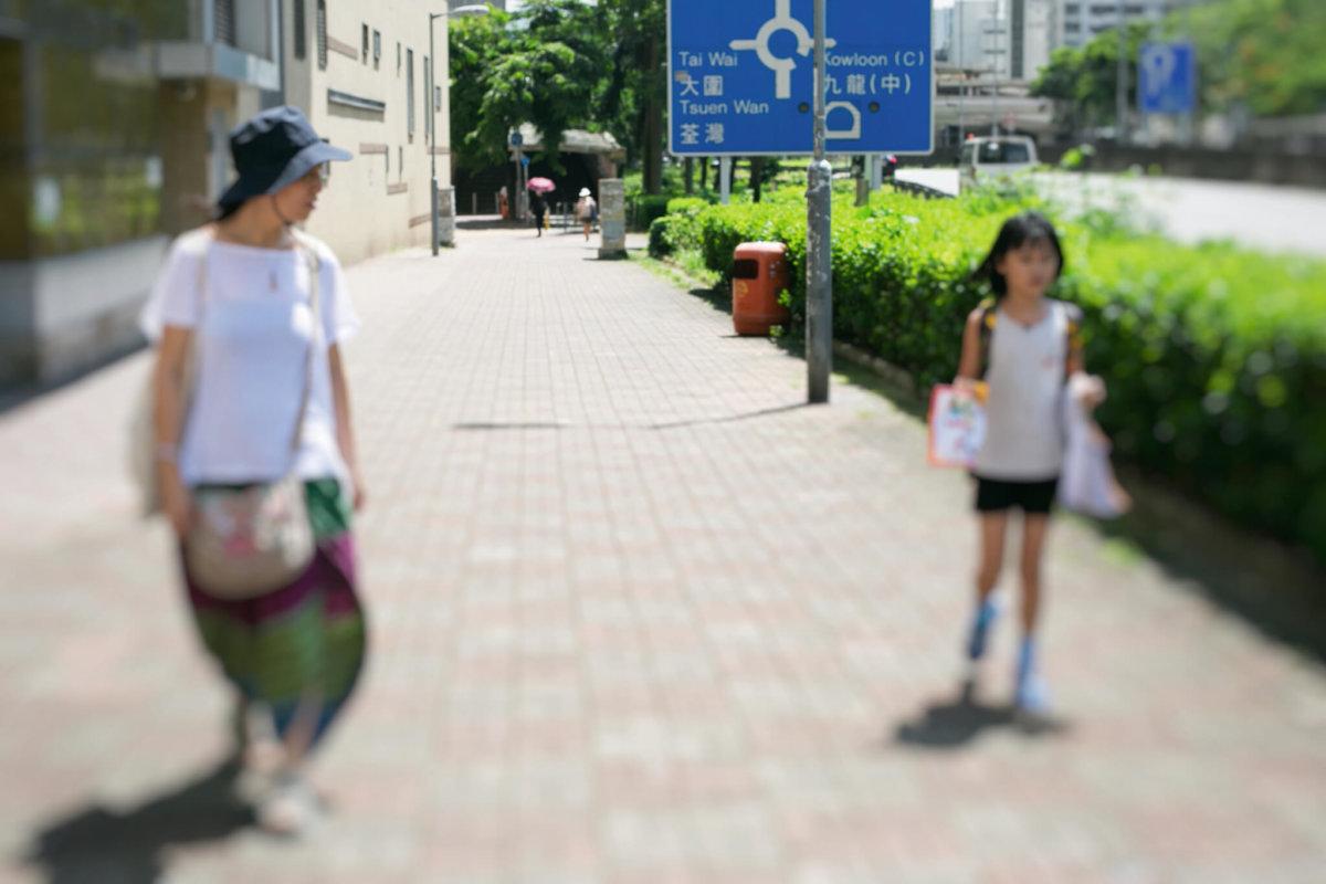 出街能夠保持兩米距離,原來是母女之間的信任。