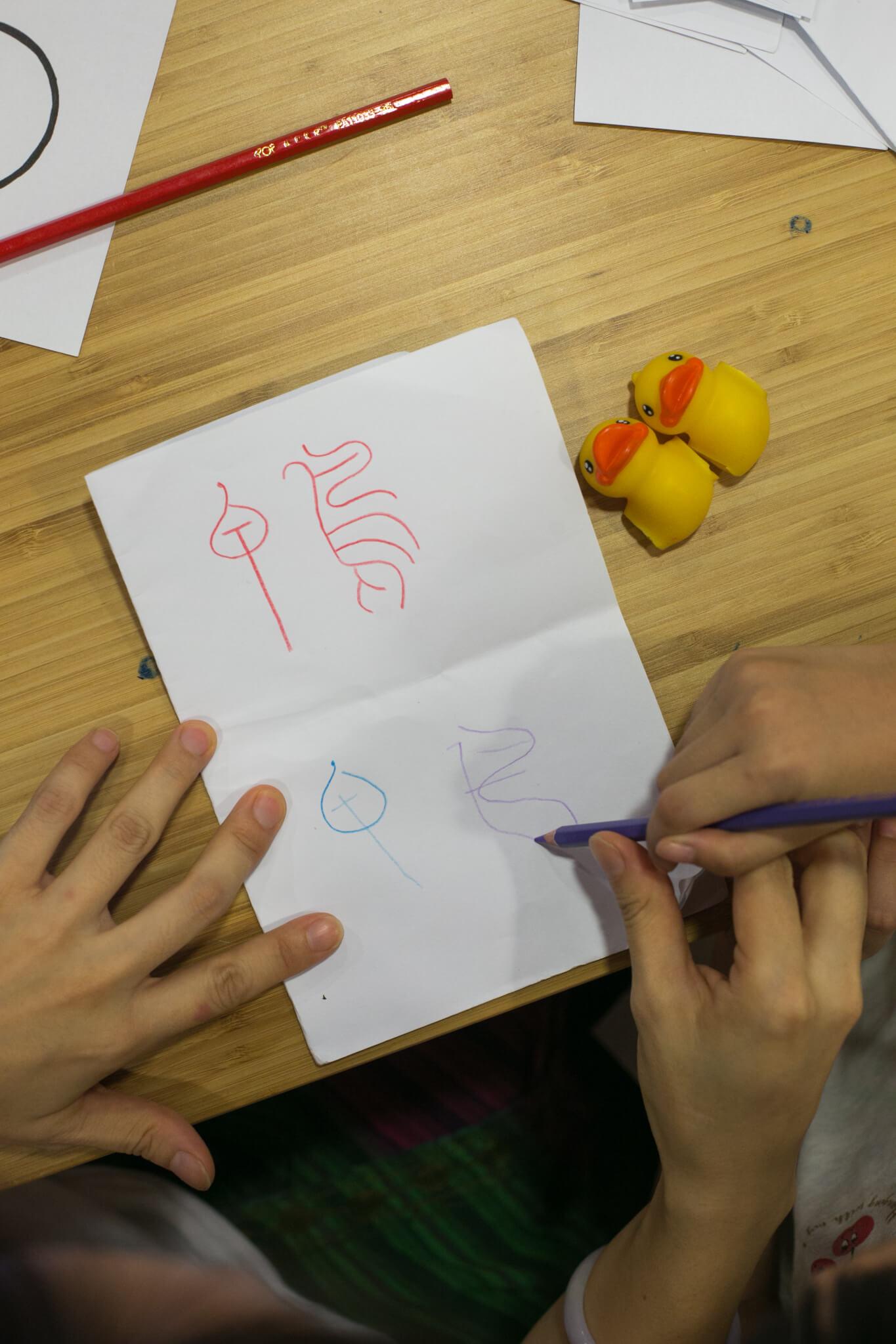 中文甲骨文的象形文字,能夠引起小朋友的想像。珮妍說,她較喜歡「鴨」的古字。