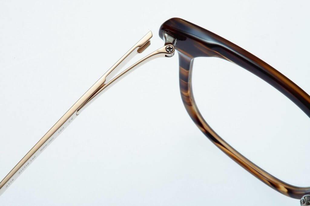 Proksch使用自家研發的柔韌鉸鏈,以β鈦金屬搭配柔韌鉸鏈(Tough Hinge)設計,以獨特方式達至平衡的彈簧效果,增加佩戴時的舒適度及彈性。