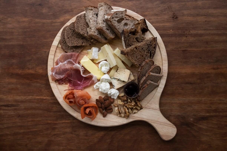 Assorted cured meat and cheese // 李國彰不愛放上餡料,反而與火腿、芝士來配搭,也能吃出酸種麵包不同的味道來。($168)