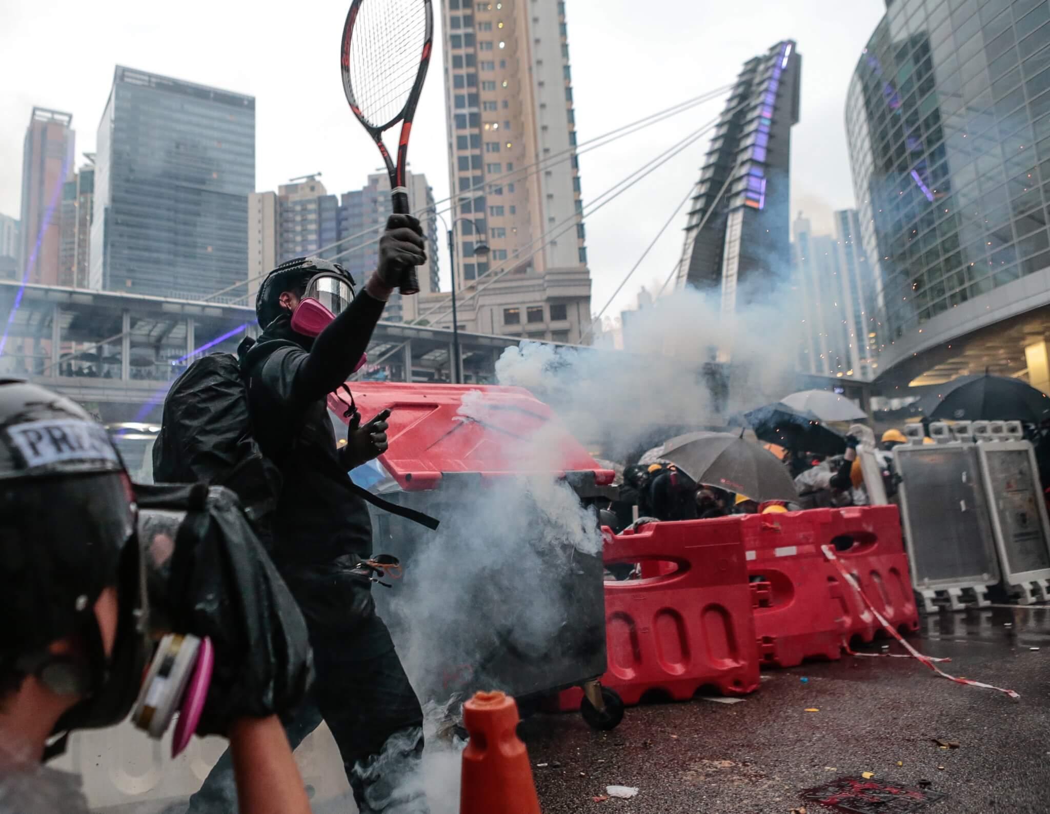 前線示威者以網球拍將催淚彈擊走
