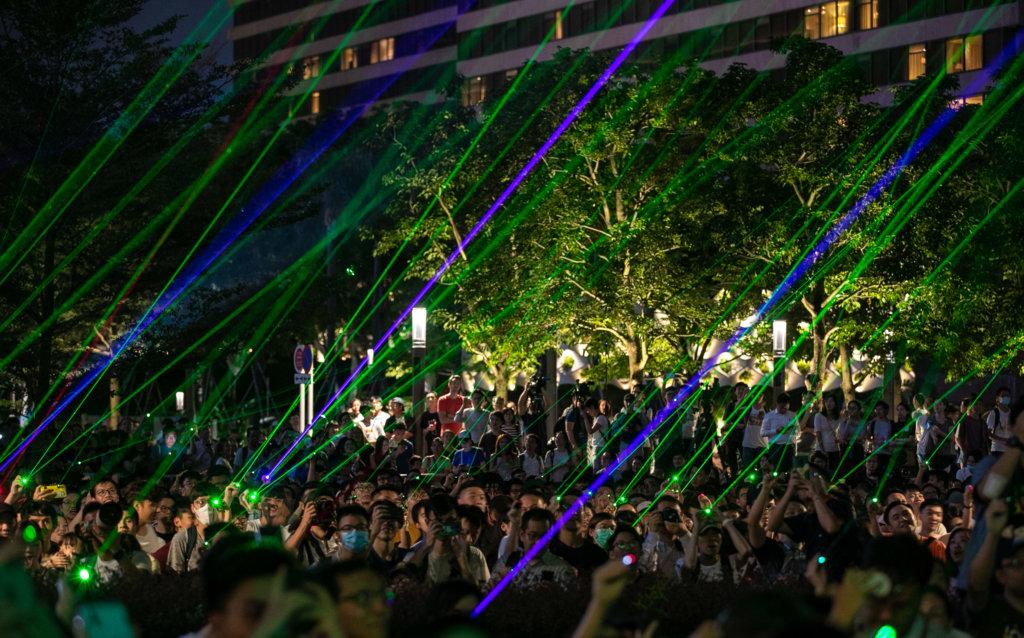 8月7日,逾千名市民在太空館外激光中狂歡。