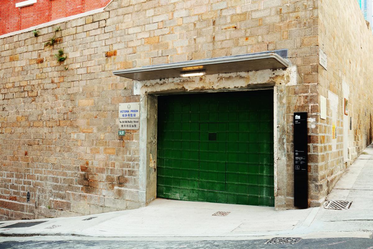 藍閘(圖上)本來是探監必經的大門,經鑑定後大館決定還原根本,重新髹上昔日的綠色(圖下)。